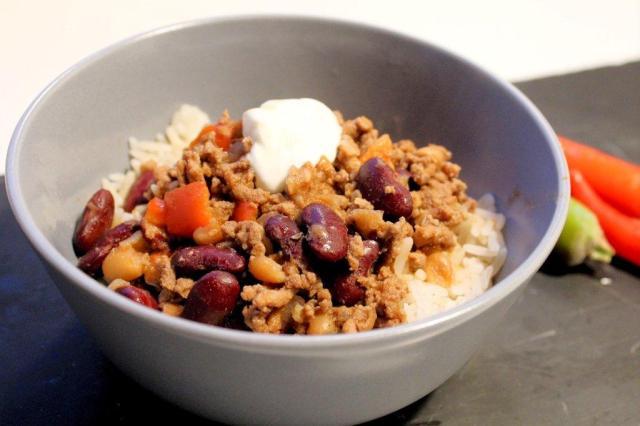 chili-con-carne, hakket-oksekød, hakket-oksekoed, chili, creme-fraiche, ris