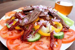 flanksteak, steak-salat, tomat, agurk, peberfrugt, jacobsen-oel