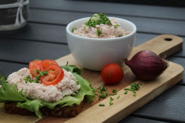 hjemmelavet-skinkesalat, skinke, hamburgerryg, purloeg, tomat, salat, rugbroed, skinkesalat