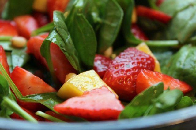 jordbaer-mango-salat, jordbaer, mango, salat, sommersalat, chili, limesaft, pinjekerner