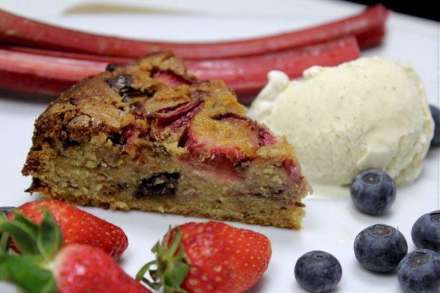 jordbær-rabarber-kage, rabarberkage, vaniljeis, rabarber, jordbær