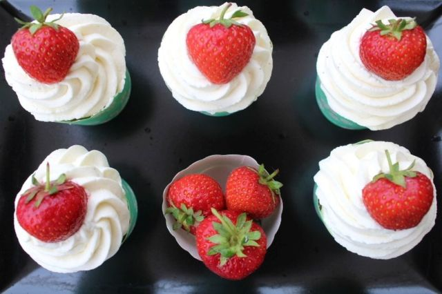jordbaer-cupcakes, frosting, mascarpone, mascarpone-frosting, jordbaer, opskrift, cupcakes, muffins