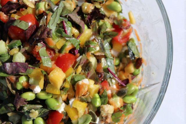sommersalat, opskrift, grill-tilbehoer, mango, cherrytomater, fetaost,edamame-boenner, rosiner, graeskarkerner, agurk, foraarsloeg