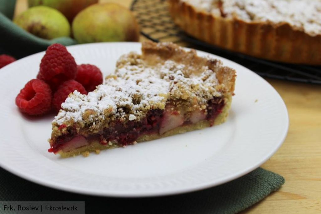 Skøn pæretærte med marcipan og hindbær