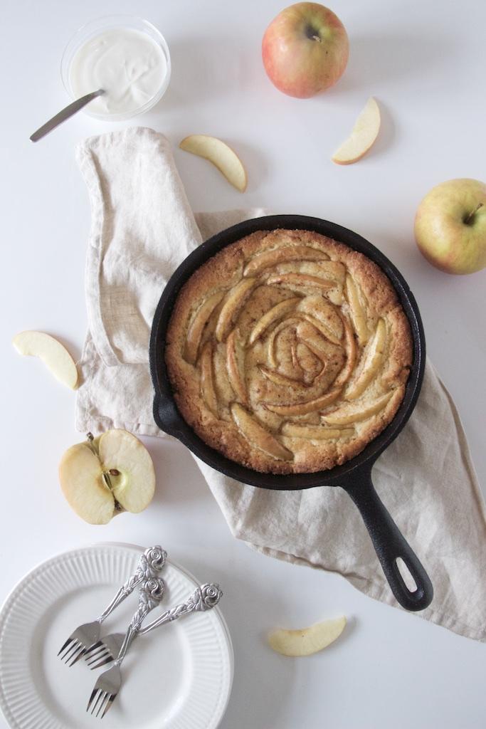 Æblekage med kanel og marcipan