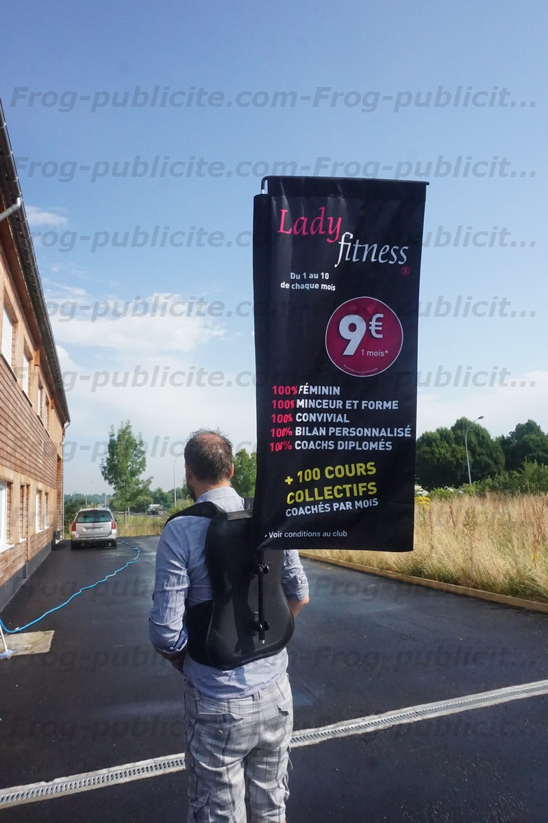 Un drapeau sac à dos avec impression double face pour du street marketing - Lady fitness