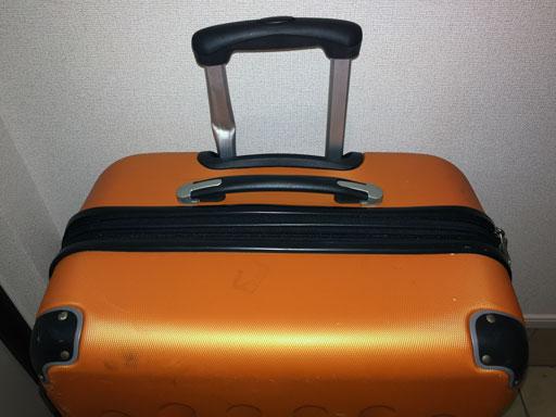 ハンドルの片方のバーが曲がって引っ込まなくなったスーツケース