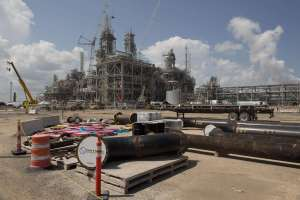 Big Oil Bids to Lure Investors with Cash
