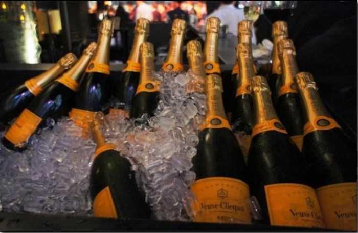 В Харьковской налоговой отметили новый год шампанским за 10 000 грн (фото)