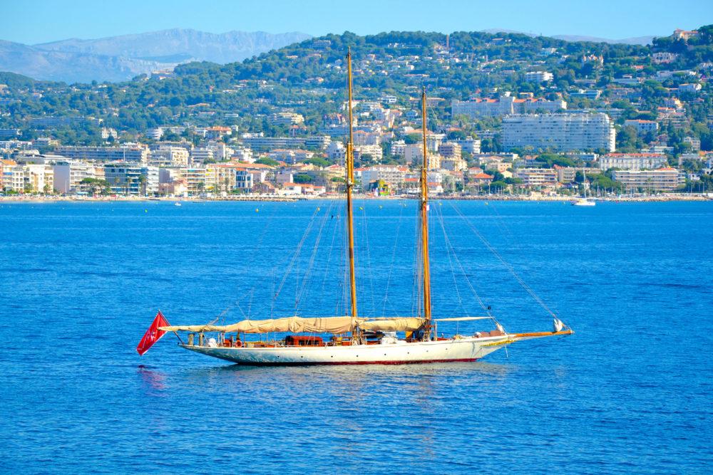Voilier dans la baie de Cannes