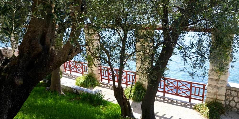 jardin-grece-antique-villa-grecque-kerylos