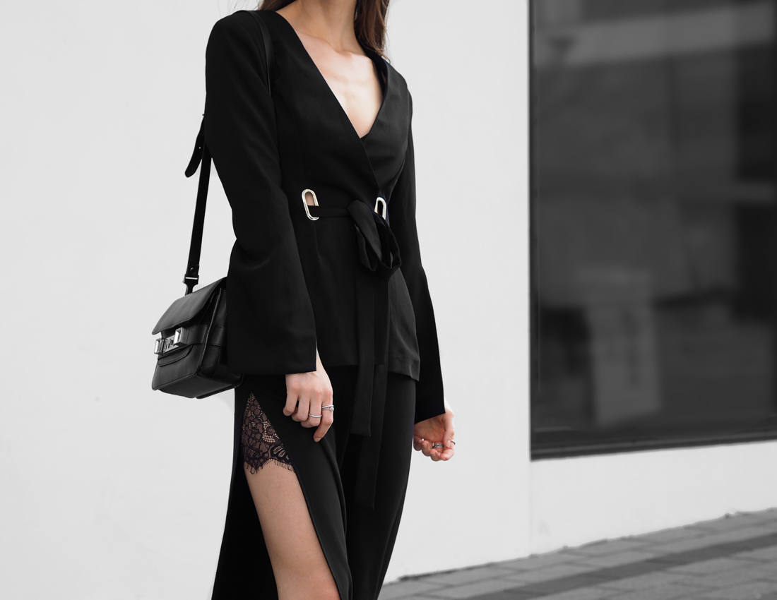 All black outfit minimal fashion blogger