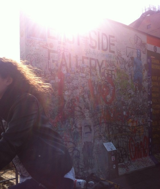 Tem o East Side Gallery, onde o graffiti vence