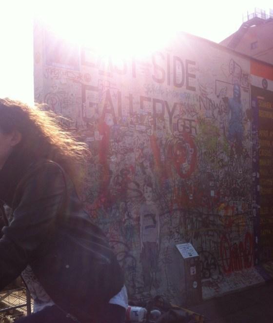 Tem o East Side Gallery, onde o graffiti vence