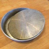 Cake pan with removable bottom