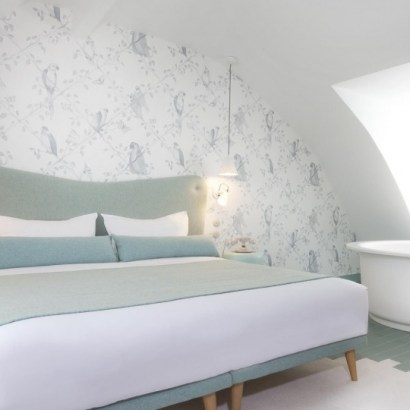 Le Lapin Blanc, boutique hotel, Paris, double bedroom in blue tones. The suite with a bath in open plan