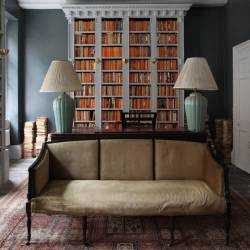 Berdoulat bed and breakfast in Bath. Rooms are 150 £ per night, 2 nights minimum required. Library with penguin books shelf