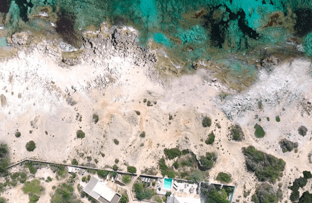 Etosoto is an eco-friendly B&B and also a villa with pool in the dreamy islan of Formentera, Spain. The decor is minimalist and warm, the house is just by the sea and you can relax here with your family.