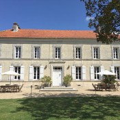 I have a great deal for you dear Reader with Maison de la Vaure. If you haven't found your holiday rental yet then you're going to be delighted to hear that this great Bordeaux chateau is still available for rent for the week starting August 4th and that the owners are happy to give my readers a discount!