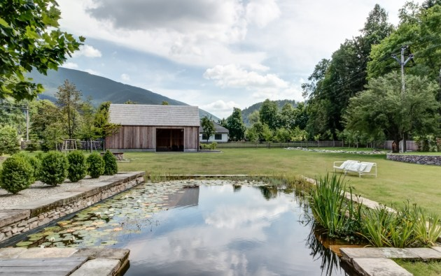 Metzi Plutky, a minimalist retreat in the Czech countryside. Beautiful interior design which mixes modern and traditional arts, crafts and furniture.