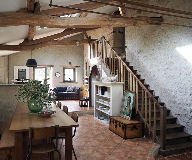 Samantha is an interior designer and consultant who 9 years ago bought a house in Vendée.  I can tell you that she has good taste, not only because her interiors look really welcoming and well thought but because she chose my native department to buy in France ;-)