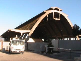 Il capannone Nervi col camioncino usato dal Comune per i prelievi di amianto dal tetto.