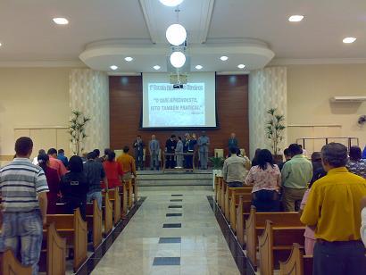 Vista do púlpito, público e o tema da Escola Bíblica