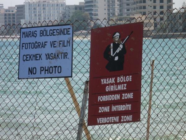 Carteles de prohibición en la cerca que rodea la ciudad de Varosha (click para ampliar)