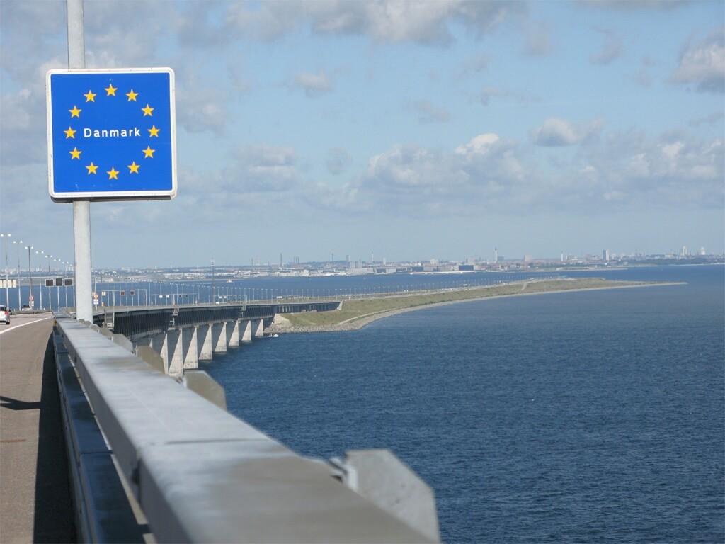Cartel sobre la frontera suecodanesa en el Puente de Oresund