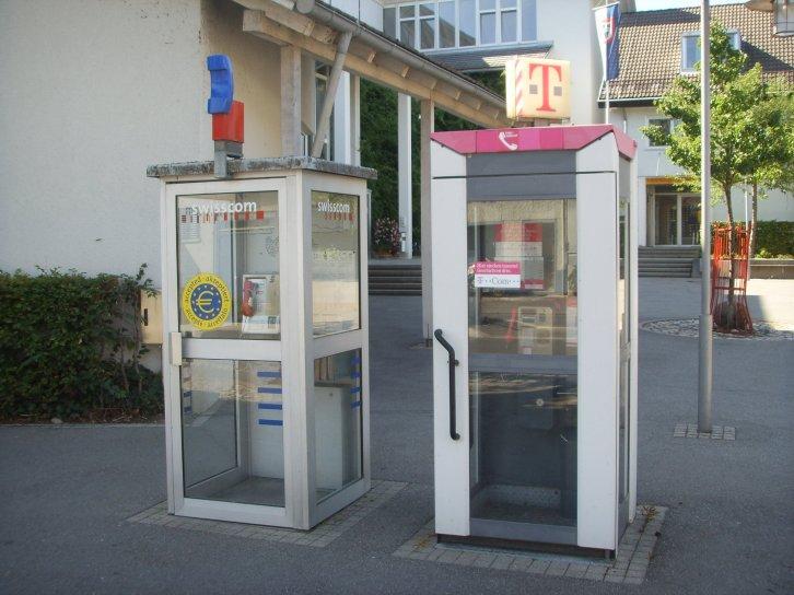Cabinas de teléfono suizas y alemanas en Büsingen (click para ampliar)