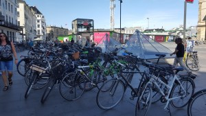 Ah ricordate: il mondo migliore per girare Copenaghen è in sella ad una bicicletta- il mezzo di trasporto privilegiato dai suoi abitanti!