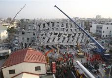 n the early morning, emergency rescuers continue to search for the missing in a collapsed building from an earthquake in Tainan, Taiwan, Sunday, Feb. 7, 2016. Rescuers on Sunday found signs of live within the remains of the high-rise residential building that collapsed in a powerful, shallow earthquake in southern Taiwan that killed over a dozen people and injured hundreds. (AP Photo/Wally Santana)