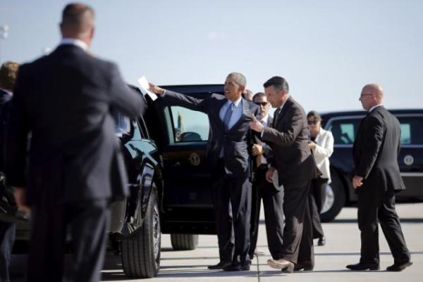 President Obama talks to Nevada Governor Brian Sandoval as he arrives at McCarran International Airport in Las Vegas, August 24, 2015. REUTERS/Carlos Barria