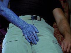 Farscape s1e06: Zhaan gives Crichton a hand