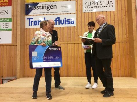 Ildsjelprisen 2015 tildelt Åse Brit og Rolv Vang. Utmerkelsen ble overlevert av Boje Reitan og Trine Haug på vegne av Frosta kommune.