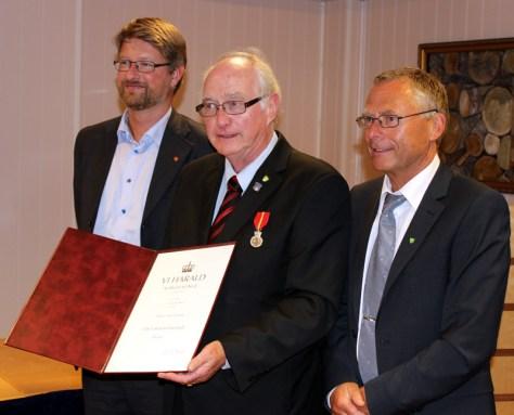 Bjørn Olav flankerte av forslagsstillerne til utmerkelsen