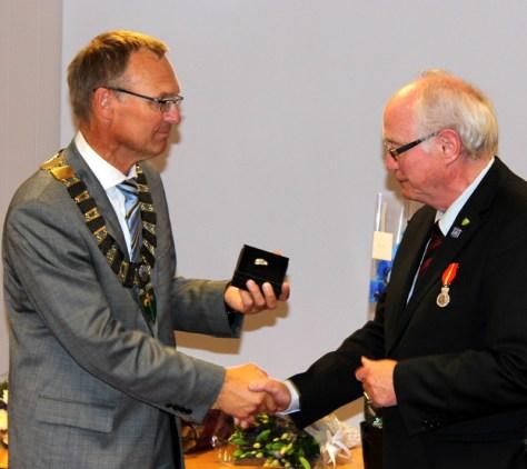 Ordfører Johan Petter Skogseth overrakte Frostatingsbrosjen til prisvinneren som gave fra Frosta kommune