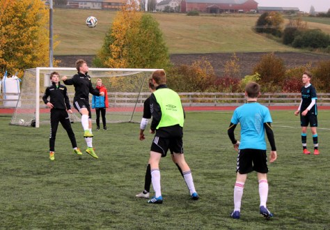 Fotballtrening for Neset Gutter 16. Sander Vold i luftig svev!