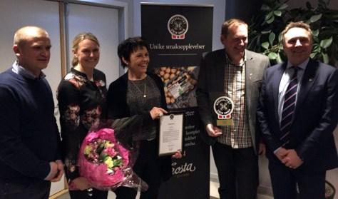 Fornøyde prismottakere på Trøndelagsmøtet, fra venstre: Tor Henrik Viken, Kari Helga Viken, Aasta Helland og Johan Arnt Hernes sammen med prisutdeler Tore O. Sandvik