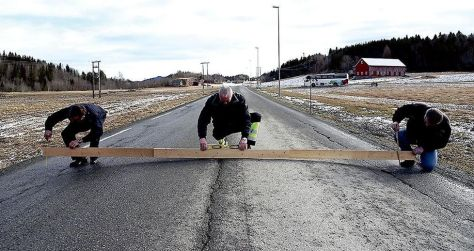 I april 2016 målte lastebileier Olav Skarsbakk (t.h.), Andreas Flægstad og Bjørn Nilssen høydeforskjellen i vegbanen på Fv 753 fra Åsen til Frosta. Foto: Anders Vinje/Frostingen