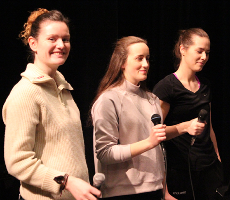 Eirin Østbø Juberg, Solveig Kandahl og Anveig Kvamme synger sammen med Storbandet