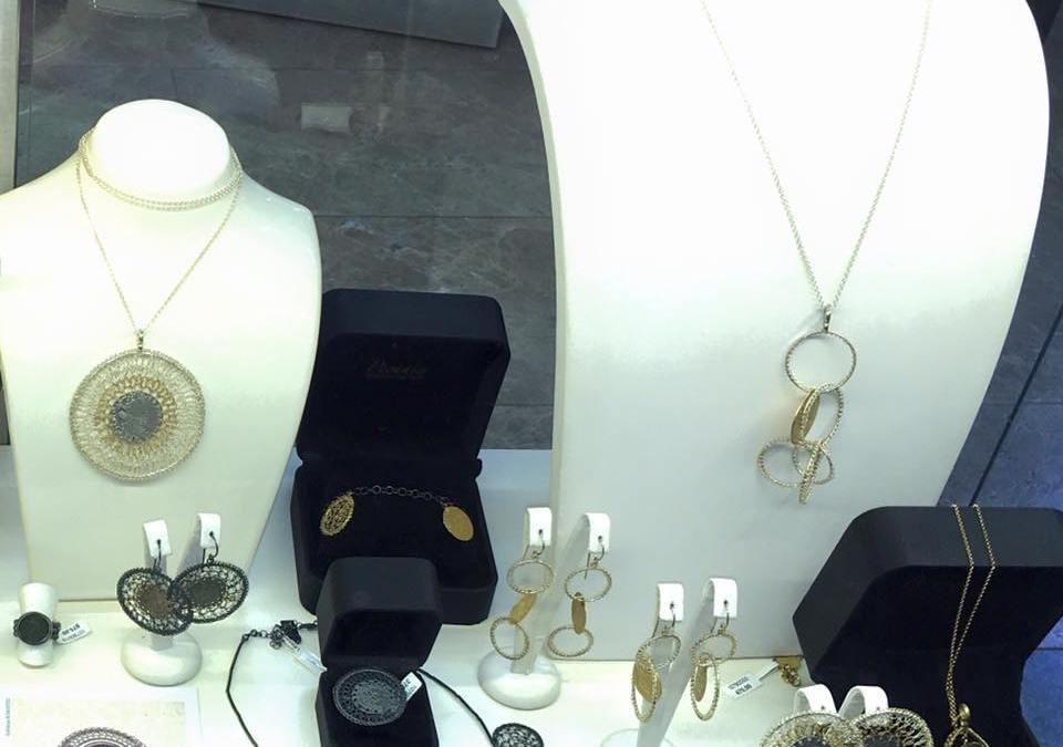 Biżuteria Frou Frou wykonana ze srebra i starych monet dla Forget-me-not Pecunia dostępna w salonach LEWANOWICZ