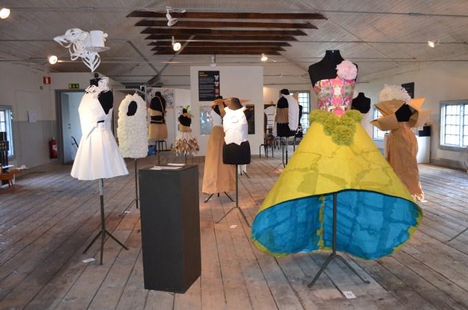 """Bl a papperkläder visades uppe i snickeriet som del av utställningen """"Stilmedveten"""" 2015."""