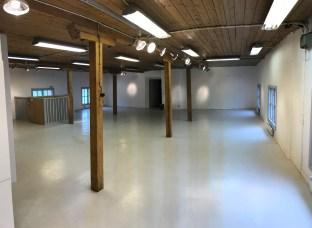 I övervåningen andra rum finns två rader med bjälkar som håller upp taket. Dessa bjälkar kan användas för att skapa en naturlig rumsindelning i lokalen.