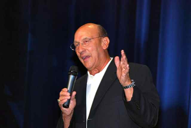 """Long-time """"Voice of the Kings,"""" Bob Miller, during his """"One-Man Show"""" on August 30 at Los Angeles Kings HockeyFest 09. Photo courtesy Thomas LaRocca/LAKings.com."""