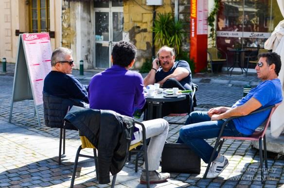 Sokan kávéznak, beszélgetnek