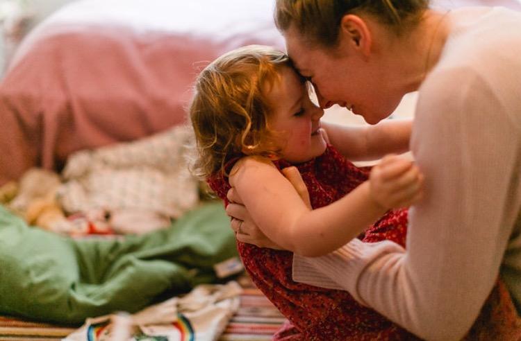 Mutter und Tochter: Stirn an Stirn