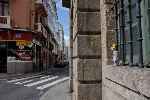 Jarrón de origami en el edificio de la Real Academia Galega de Belas Artes 01