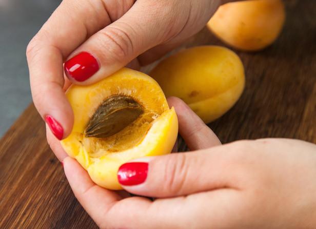 Удаляем косточку из абрикосов