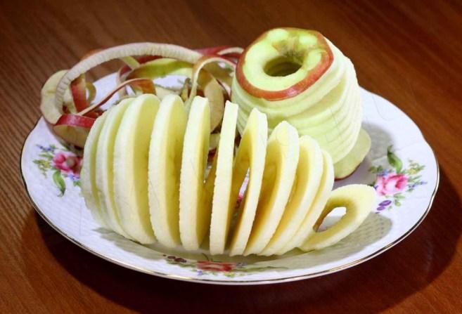 Почистить и разрезать яблоки можно специальным ножом